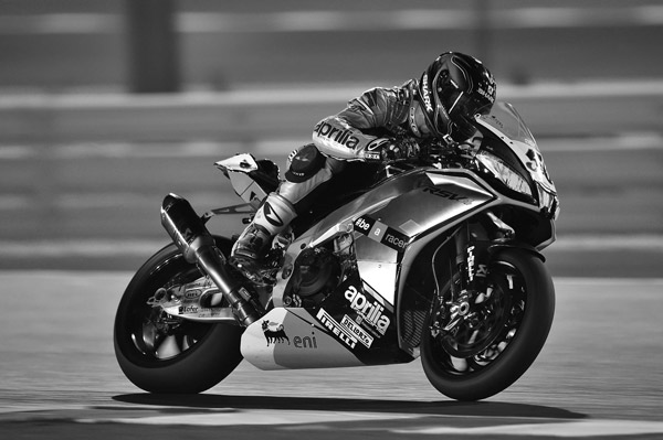 un motard roule vite