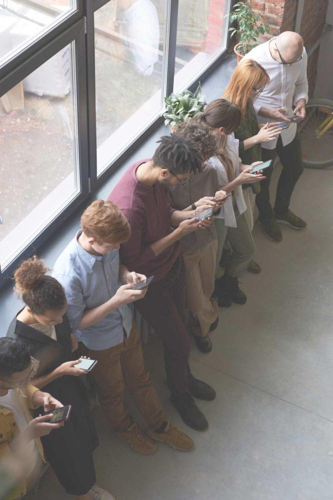 personnes regardant leur smartphone